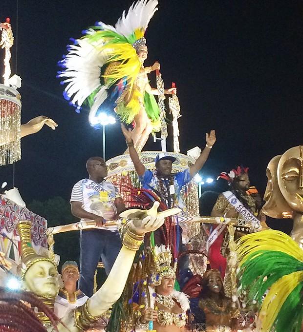 O embaixador de Guiné Equatorial Benigno Pedro Matute Tang (de boné) desfila em carro alegórico da Beija-Flor na apresentação das campeãs do Carnaval do Rio de 2015 (Samantha Lima/Folhapress)
