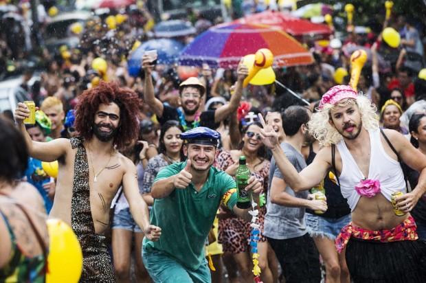 Foliões se divertem  no bloco Bregsnice, na rua Aspicuelta (Foto: Eduardo Knapp/Folhapress)