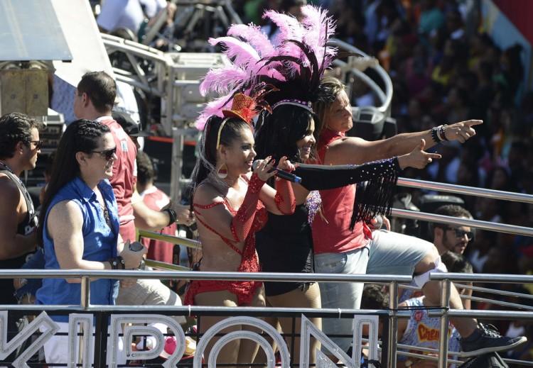 A banda Calcinha Preta, durante apresentação no Carnaval de Salvador, nesta segunda-feira (8). (Inacio Teixeira/Divulgação)