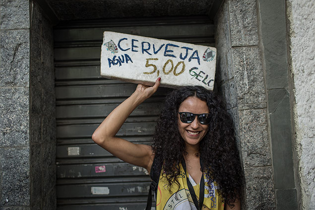 A atriz Bruna Lopes, 29, que vendeu cerveja no Carnaval (Foto: Avener Prado)