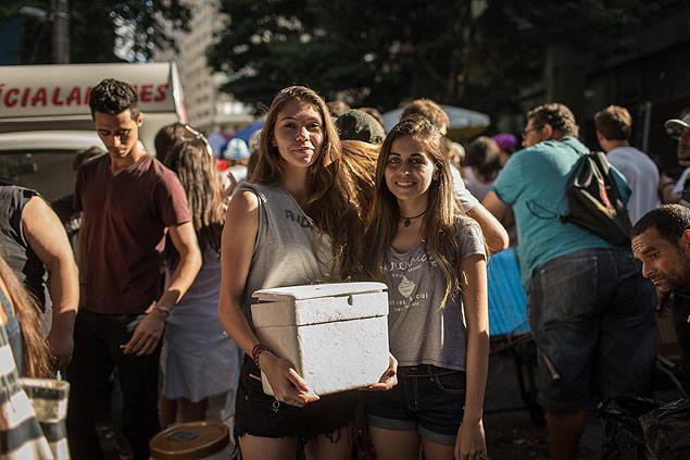 A estudantes Stefany Casé, 19, (à esq.) e Natalia Coelho, 19, vendiam cerveja durante passagem de blocos (Foto: Avener Prado/Folhapress)