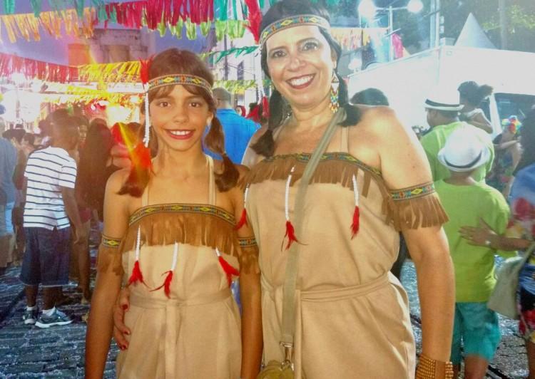 Ana Rosa Lorenz e a filha Lorena aproveitam as últimas horas de Carnaval no Recife - Kleber Nunes/Folhapress