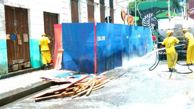 Equipes da Prefeitura do Recife consertam estruturas danificadas no Recife Antigo - Kleber Nunes/Folhapress